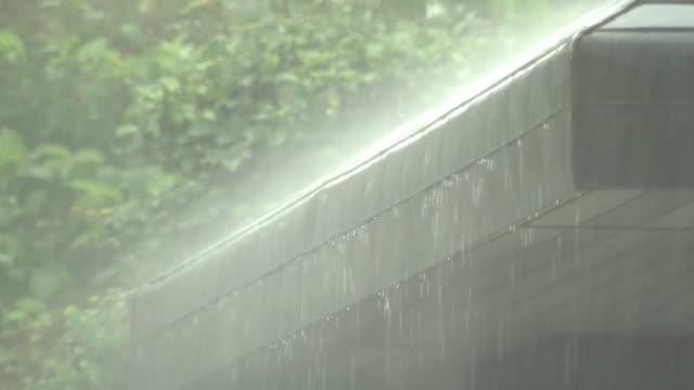 pelting rain on roof, saga, japan - 集中豪雨点の映像素材/bロール
