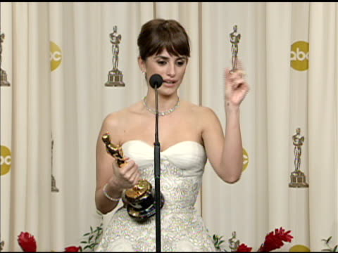 vidéos et rushes de pen_lope cruz at the 81st academy awards press room at los angeles ca. - penélope cruz