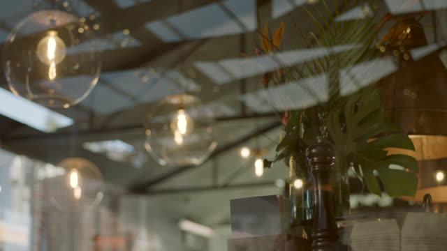 pendant lights hanging in restaurant - 電球点の映像素材/bロール