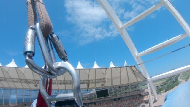 vídeos y material grabado en eventos de stock de pendulem swing off the top of moses mabhida stadium - puenting