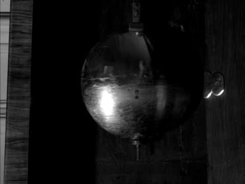 pendulum in a grandather clock swings back and forth. - 大時計点の映像素材/bロール