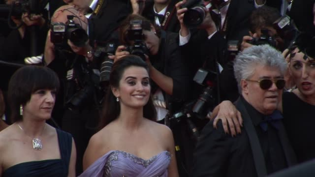 vidéos et rushes de penelope cruz and pedro almodovar at the cannes film festival 2009:broken embraces red carpet at cannes . - penélope cruz