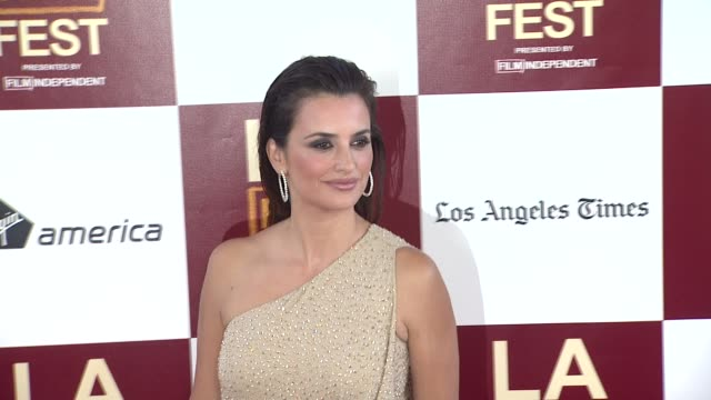 vidéos et rushes de penelope cruz at 2012 los angeles film festival premiere of 'to rome with love' penelope cruz at regal cinemas l.a. live on june 14, 2012 in los... - penélope cruz