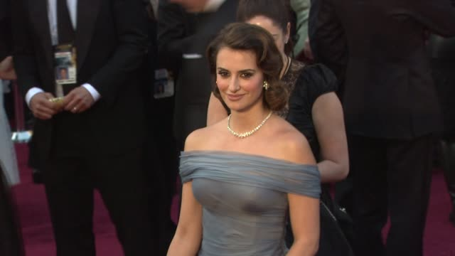 vidéos et rushes de penelope cruz at 84th annual academy awards - arrivals on 2/26/12 in hollywood, ca. - penélope cruz