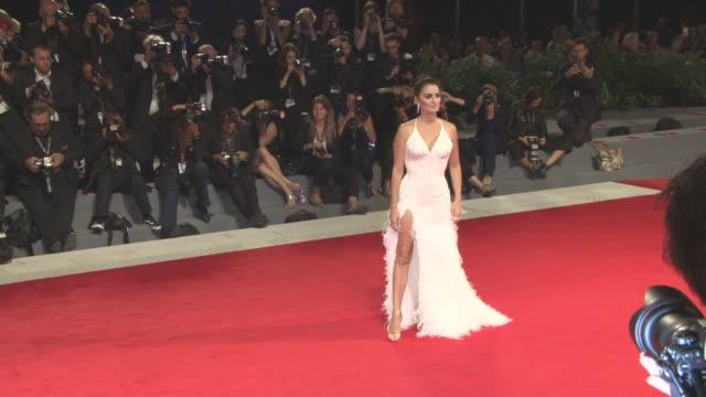penelope cruz at 'loving pablo' red carpet - 74th venice international film festival at palazzo del casino on september 05, 2017 in venice, italy. - penelope cruz bildbanksvideor och videomaterial från bakom kulisserna