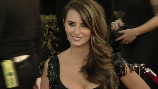 vidéos et rushes de penelope cruz at the 16th annual screen actors guild awards - arrivals at los angeles ca. - penélope cruz