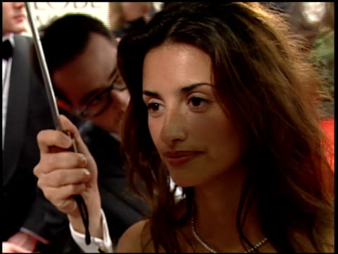 vidéos et rushes de penelope cruz at the 2000 golden globe awards at the beverly hilton in beverly hills, california on january 23, 2000. - penélope cruz