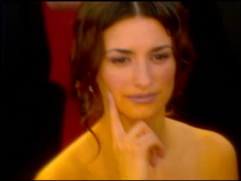 penelope cruz at the 2001 academy awards at the shrine auditorium in los angeles california on march 25 2001 - 73rd annual academy awards stock videos & royalty-free footage