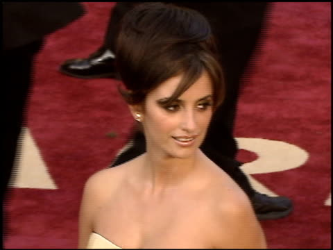 vidéos et rushes de penelope cruz at the 2005 academy awards at the kodak theatre in hollywood, california on february 27, 2005. - penélope cruz