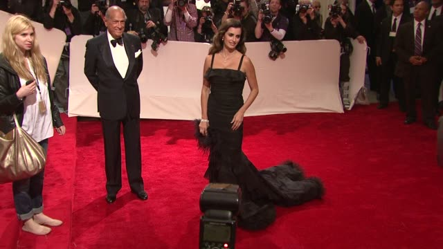 vidéos et rushes de penelope cruz at the 'alexander mcqueen: savage beauty' costume institute gala at the metropolitan museum of art at new york ny. - penélope cruz