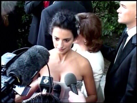 vídeos y material grabado en eventos de stock de penelope cruz at the amfar 'cinema against aids' gala presented by miramax films palisades pictures and quintessentially on may 19 2005 - miramax