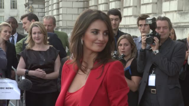 vidéos et rushes de penelope cruz at the broken embraces film four summer screen premiere at london england. - penélope cruz