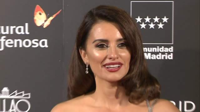 vidéos et rushes de penelope cruz attends 'la reina de espana' premiere at callao city lights on november 24, 2016 in madrid, spain. - penélope cruz