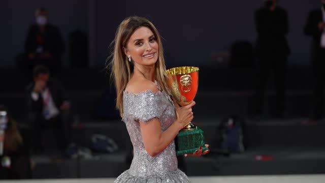 penelope cruz attends the awards winner photocall during the 78th venice international film festival on september 11, 2021 in venice, italy. - penelope cruz bildbanksvideor och videomaterial från bakom kulisserna