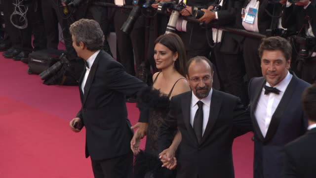 vídeos de stock, filmes e b-roll de penelope cruz javier bardem asghar farhadi ricardo darin at 'everybody knows ' opening gala red carpet arrivals on may 8 2018 in cannes france - penélope cruz