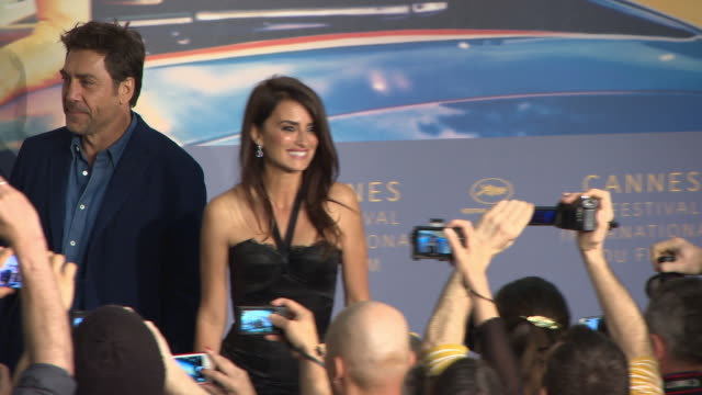 vídeos de stock, filmes e b-roll de penelope cruz javier bardem asghar farhadi ricardo darin at everybody knows press conference at palais des festivals on may 09 2018 in cannes france - penélope cruz