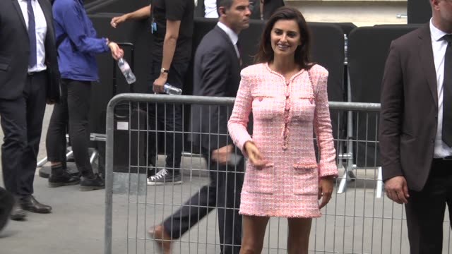 stockvideo's en b-roll-footage met penelope cruz leaves the chanel haute couture fall winter 2018/2019 show as part of paris fashion week on july 3 2018 in paris france - week