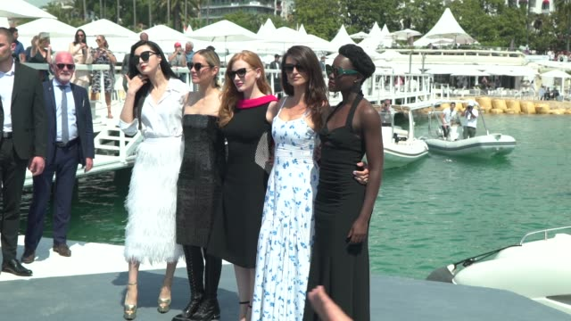 vídeos de stock, filmes e b-roll de penelope cruz marion cotillard jessica chastain lupita nyong'o at '355' photocall the 71st annual cannes film festival at majestic beach pier on may... - penélope cruz