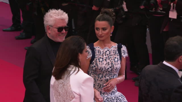 vidéos et rushes de penelope cruz, pedro almodovar at 'pain & glory ' red carpet arrivals - the 72nd cannes film festival on may 17, 2019 in cannes, france. - penélope cruz
