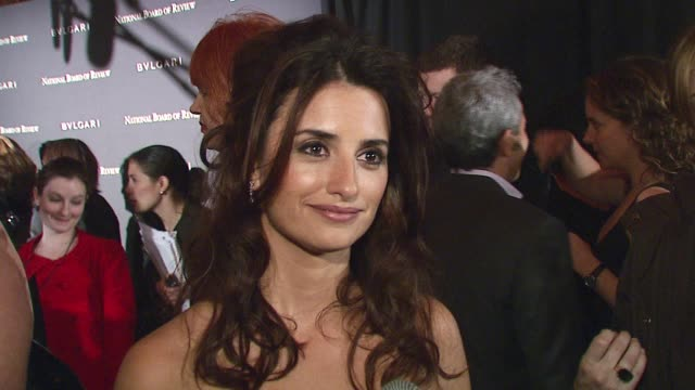 vídeos de stock, filmes e b-roll de penelope cruz, wearing oscar de la renta, discusses the national board of review, her thoughts on 'volver,' an artist's responsibility to enact... - decretar