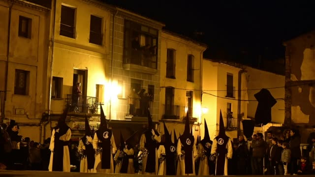vidéos et rushes de penitents from the jesucristo del via crucis brotherhood take part in a procession in the early hours of the morning on april 16 2019 in zamora spain - pâques