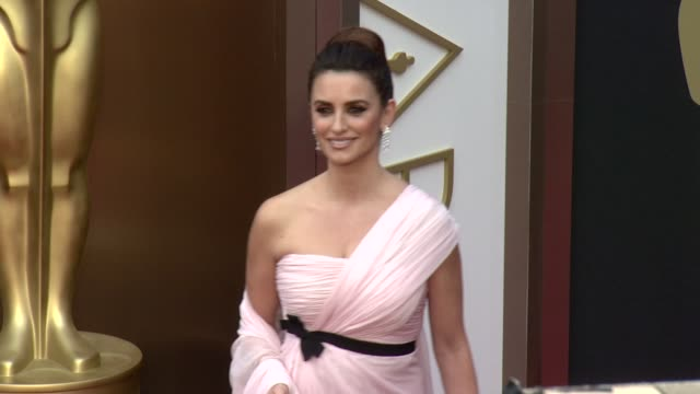 vidéos et rushes de penélope cruz - 86th annual academy awards - arrivals at hollywood & highland center on march 02, 2014 in hollywood, california. - penélope cruz