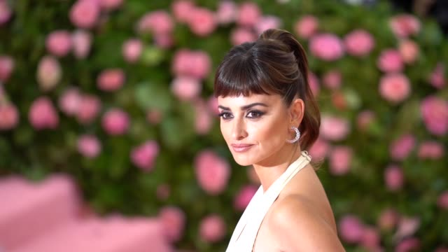 vídeos de stock, filmes e b-roll de penélope cruz at the 2019 met gala celebrating camp notes on fashion arrivals at metropolitan museum of art on may 06 2019 in new york city - penélope cruz