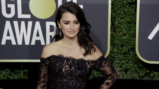 vídeos de stock, filmes e b-roll de penélope cruz at the 75th annual golden globe awards at the beverly hilton hotel on january 07 2018 in beverly hills california - penélope cruz