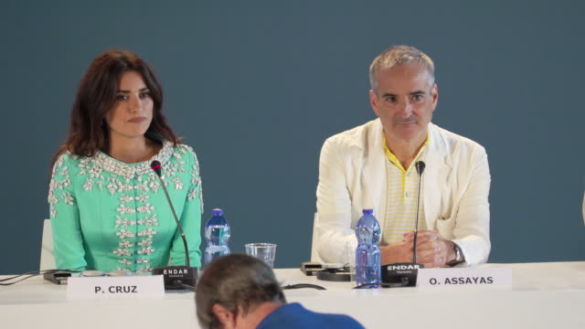 vídeos de stock, filmes e b-roll de interview penélope cruz at the wasp network press conference 76th venice film festival on september 01 2019 in venice italy - penélope cruz