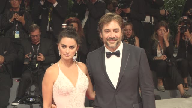 vídeos de stock, filmes e b-roll de penélope cruz javier bardem at 'loving pablo' red carpet 74th venice international film festival at palazzo del casino on september 05 2017 in venice... - penélope cruz
