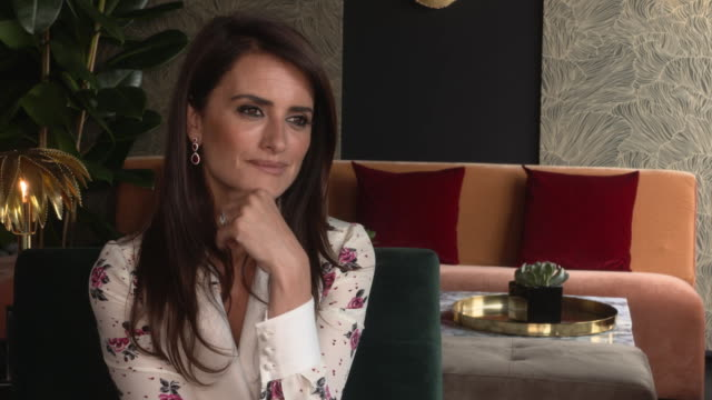 vídeos de stock, filmes e b-roll de interview penélope cruz on how she's grown up and no longer spends hours on set committing to the role at everybody knows junket on may 9 2018 in... - penélope cruz