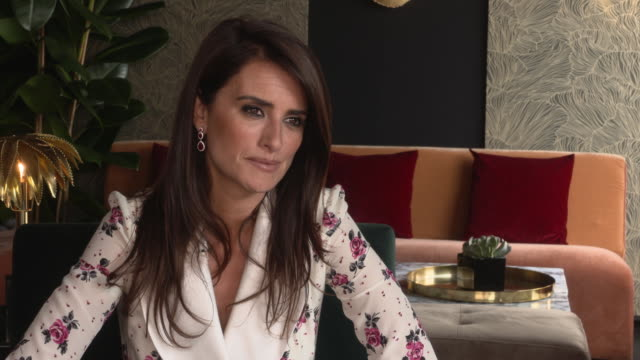 vídeos de stock, filmes e b-roll de interview penélope cruz on if asghar faradi a genre all by himself at everybody knows junket on may 9 2018 in cannes france - penélope cruz