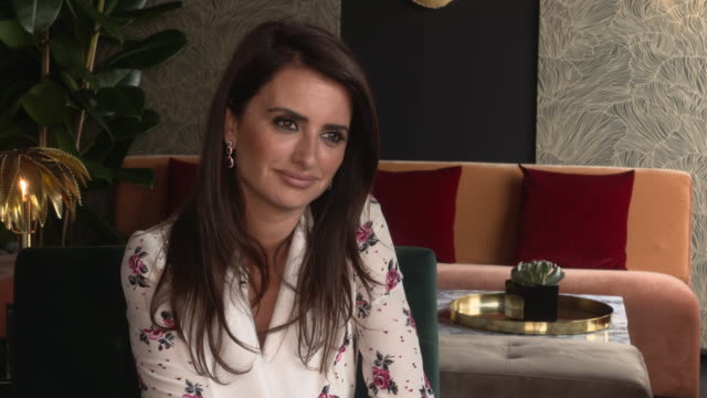 vídeos de stock, filmes e b-roll de interview penélope cruz on what makes the director a genius at everybody knows junket on may 9 2018 in cannes france - penélope cruz