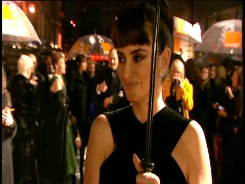 vídeos de stock, filmes e b-roll de penŽlope cruz walks red carpet and signs autographs at british academy film awards london 8 february 2009 - coque cabelo para cima