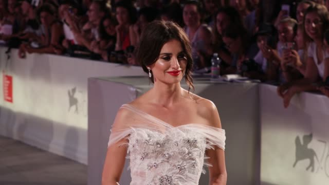 vídeos de stock, filmes e b-roll de penélope cruz walks the red carpet ahead of the wasp network screening during the 76th venice film festival at sala grande on september 01 2019 in... - penélope cruz