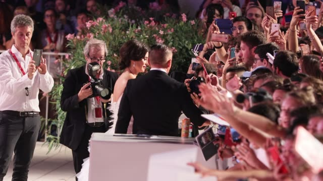 vidéos et rushes de penélope cruz walks the red carpet ahead of the wasp network screening during the 76th venice film festival at sala grande on september 01 2019 in... - autographe