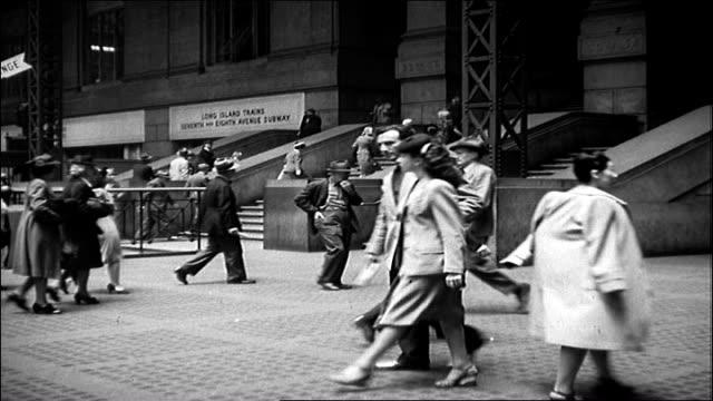 vídeos y material grabado en eventos de stock de penn station with servicemen - estación de tren