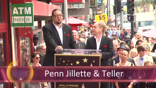 vídeos y material grabado en eventos de stock de chyron penn teller honored with star on the hollywood walk of fame hollywood ca united states 4/5/2013 - trey parker