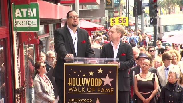 vídeos y material grabado en eventos de stock de clean penn teller honored with star on the hollywood walk of fame hollywood ca united states 4/5/2013 - trey parker