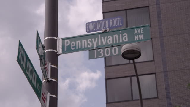 stockvideo's en b-roll-footage met la pennsylvania avenue street sign / washington dc, united states - pennsylvania avenue