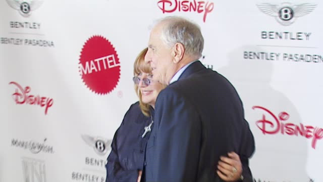 penny marshall and garry marshall at the makeawish foundation's wish night 2006 at the beverly hills hotel in beverly hills california on november 17... - ペニー マーシャル点の映像素材/bロール