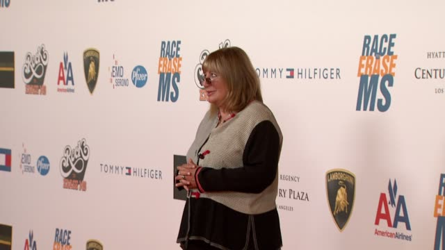 penny marshall at the 16th annual race to erase ms themed 'rock to erase ms' at los angeles ca - ペニー マーシャル点の映像素材/bロール