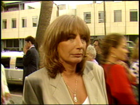 penny marshall at the 'a league of their own' premiere at academy theater in beverly hills california on june 22 1992 - ペニー マーシャル点の映像素材/bロール