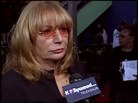 penny marshall at the 'cinderella man' premiere at gibson amphitheatre in universal city california on may 23 2005 - ペニー マーシャル点の映像素材/bロール