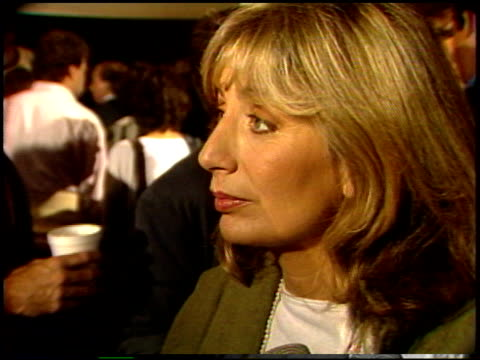 penny marshall at the 'jumping jack flash' premiere at century plaza in century city california on october 9 1986 - ペニー マーシャル点の映像素材/bロール