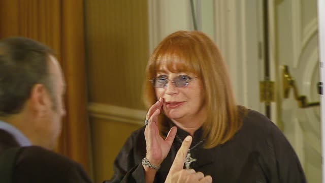 penny marshall at the makeawish foundation's wish night 2006 at the beverly hills hotel in beverly hills california on november 17 2006 - ペニー マーシャル点の映像素材/bロール