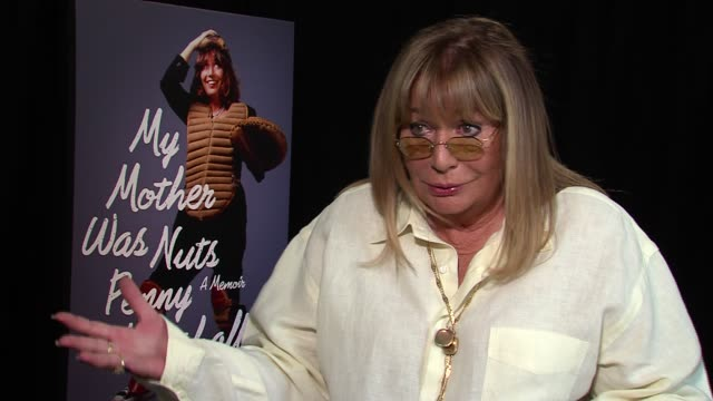 penny marshall on her mother knowing she was nuts it wasn't a secret she would've agreed on being nuts herself how everyone is a little bit crazy so... - ペニー マーシャル点の映像素材/bロール