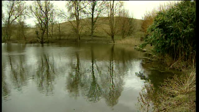 pensioner and grandson found dead in lincolnshire pond england lincolnshire castle bytham ext long shot village including sign 'castle bytham' zoom... - リンカンシャー点の映像素材/bロール