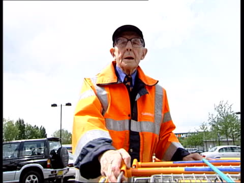 vídeos de stock e filmes b-roll de pensions crisis consultation paper published lib ninety six year old pensioner jim dowd pushing trolleys along in car park as working for sainsburys... - sainsburys