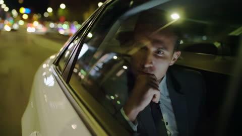 ms pensive geschäftsmann auf dem rücksitz eines autos - männer stock-videos und b-roll-filmmaterial